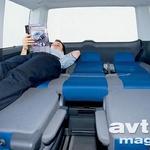 Iz zadnje klopi in sedežev v drugi vrsti si lahko posteljete pravcato posteljo s povsem ravnim, a rahlo trdim ležiščem.