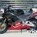 Aprilia RSV Mille R ni majhen motocikel. Toda zaradi poudarjeno športne zasnove ni prostora za sopotnico.
