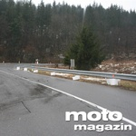 Država je namestila ograje le tam, kjer so se sicer zbirali motoristi. Dvomim, da bo dirkanja zato kaj manj... (foto: Matevž Hribar)