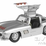 MERCEDES-BENZ 300 SL -  Mercedes-Benz je februarja leta 1954 na mednarodnem avtomobilskem salonu v New Yorku predstavil športni dvosed 300 SL, enega najlepših športnih avtomobilov vseh časov. Z značilnim metuljem nad navzgor odpirajočimi se vrati so ga izdelovali do leta 1957. chuco je v spomin na to legendarno vozilo izdelal model v merilu 1 : 43 s startno številko 445, ki spominja na osvojeno tretje mesto v razredu serijskih športnih avtomobilov z voznikom Casello na znameniti dirki Mille Miglia leta 1955. Model je narejen v omejeni seriji 1.000 kosov.
