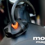 Za odpiranje posode za gorivo je treba pritisniti na oranžni del in na kratko zasukati čep. (foto: Matej Memedovič, Matevž Hribar)