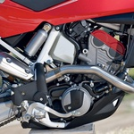 Motor je v osnovi enak tistemu z BMW-ja in ima zelo ležeče postavljen valj. (foto: Milagro)