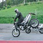 Z obema je mogoče početi vragolije po prednjem kolesu. (foto: Aleš Pavletič)