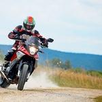 Ni z vsakim motociklom na gladkih gumah tako preprosto driftati po makadamu. Zaradi odličnega položaja za krmilom in zelo neposredne povezave desnice z motorjem je s Crossrunnerjem to mogoče. (foto: Saša Kapetanovič)