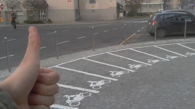 Saj ni res, pa je: Kranj ima parkirišča za motocikle! (foto: Matevž Hribar)