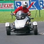 Pozor, avtomobilist z balanco v roki na Racelandu! Še dobro, da ima Can-Am nadzor stabilnosti :) (foto: Uredništvo AM)