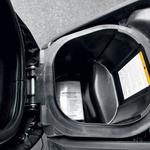 Zaradi velikih koles je prtljažnik pod sedežem majhen. Priporočamo kovček, kot ga je imel testni. (foto: Matevž Hribar)