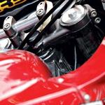 Preverjanje zračnosti v ležajih glave okvirja: stisnite prednjo zavoro in močno porinite motocikel naprej-nazaj. (foto: Matevž Hribar, Grega Gulin)