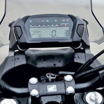 Preprosti in pregledni merilniki so postavljeni visoko, da med vožnjo ni treba umikati pogleda s ceste. (foto: Aleš Pavletič)