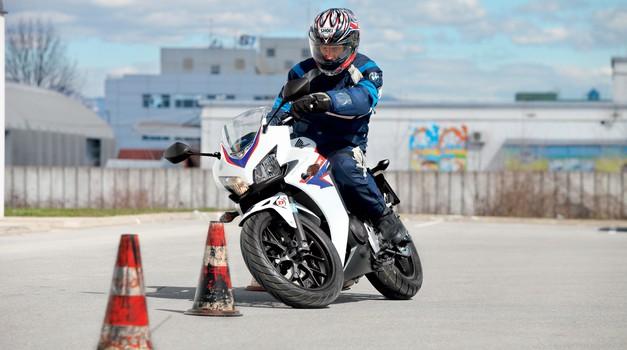 "Test: Honda CBR 500 RA - ""avtošolska CBR-ka"""
