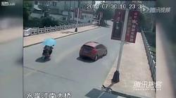 Voznica pozabi, da ima zavore in zapelje z mostu