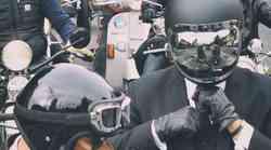 V suknjiču in kravati na motocikel za dobro stvar