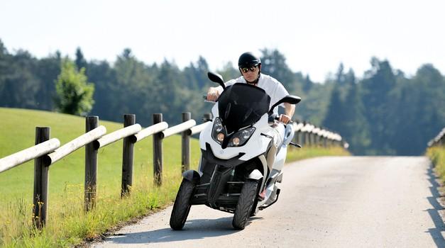 Aktualno: vožnaj maksi skuterja z izpitom za avto - Quadro 3 in Piaggio MP3 500 (foto: Gojko Zrimšek)