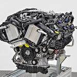 Nov bencinski motor V8 je za dobrih deset odstotkov bolj gospodaren od predhodnika. (foto: Daimler)