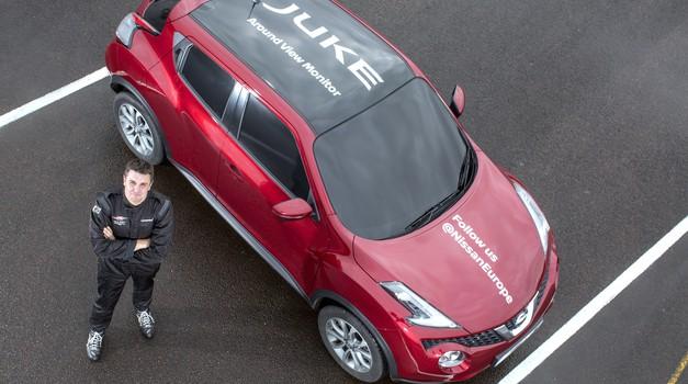 Nissan Juke je izvedel vzvratni obrat na slepo