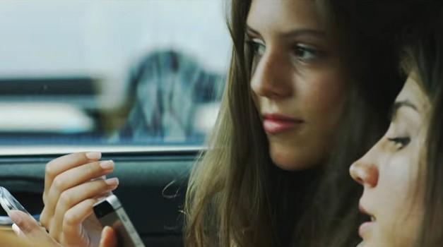 Uporaba mobilnega telefona med vožnjo je enaka 0,8 promilom alkohola v krvi