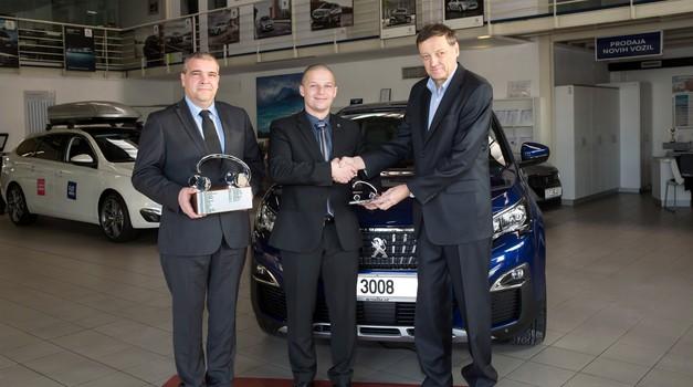 Nagrado sta iz rok predsednika žirije Franceta Kmetiča (desno) prevzela direktor podjetja P avtomobili Jožko Tomšič (levo) in direktor znamke Peugeot Adam Kavšek (v sredini) (foto: Žare Modlic)
