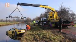 Reševanje potopljenega Audija R8 iz hladne nizozemske reke