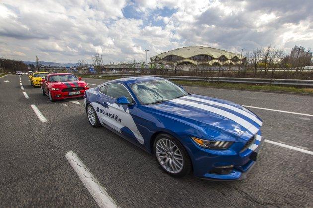 karavana Ford Mustangov