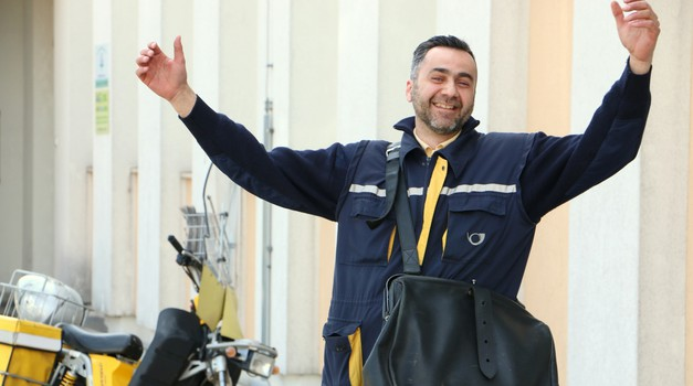 Mile z Jesenic o poklicu poštarja na mopedu: »Meni je to noro.« (foto: Matevž Hribar)