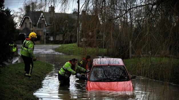 Kako pravilno ravnati, če se znajdete ujeti v potapljajočem avtomobilu (foto: Profimedia)