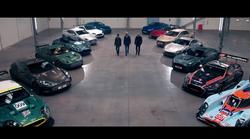 V prostornem skladišču, polnem Aston Martinov, nam pokažejo, kako je videti popoln užitek avtomobilizma