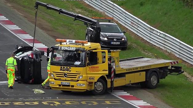 Je lahko pogled na prevrnjeni Civic Type R, ki ga nalagajo na tovornjak, še bolj boleč?