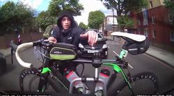 Predrzen tat poskuša kolo ukrasti kar iz avtomobilskega nosilca - med vožnjo!