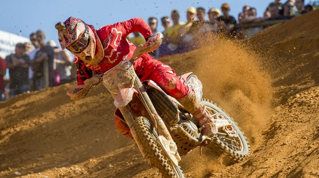 Tim Gajser vse boljši, tokrat šesti na dirki MXGP. Zmaga spet Cairoliju.