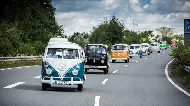 350 Volkswagnovih Transporterjev v konvoju