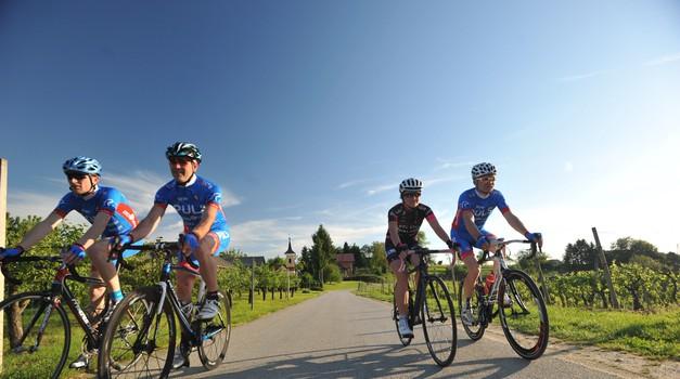 Je vožnja vštric edina možnost izboljšanja varnosti kolesarjev v Sloveniji? (foto: Avto magazin)