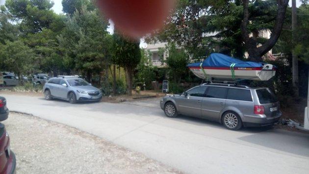 Motorni čoln na strehi avtomobila