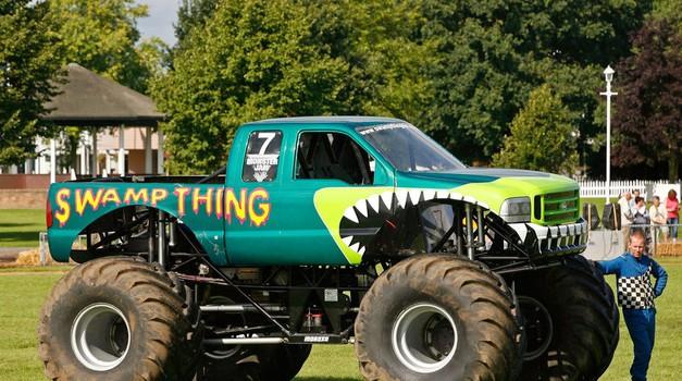 V Teksasu so 'monster trucki' iz poplav rešili vozilo nacionalne garde (foto: Profimedia)