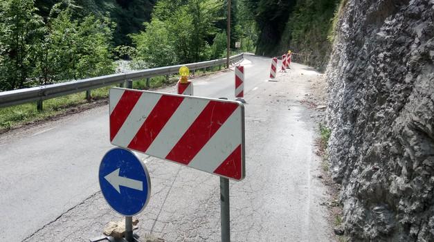 Prošnja državljana - motorista uslišana: označba nevarnega odseka na cesti Col - Godovič (foto: Matevž Hribar)