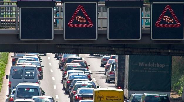 Če vozite preblizu vozilu pred vami, ste morda krivi za prometne zastoje (foto: Profimedia)