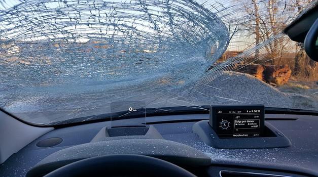 Padajoči led s tovornih vozil: kdo je kriv, kakšne so rešitve in zakaj se nič ne premakne? (foto: Fotografija bralca)