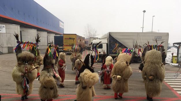 Miran Stanovnik in Dejan Zavec skupaj s kurenti na Toyoti Slovenija odganjala zimo