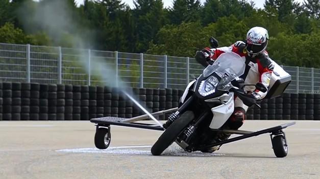 Bosch naj bi razvijal sistem, ki bo s stisnjenim plinom preprečil zdrs motocikla (foto: Bosch / Youtube)