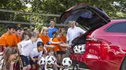 Jose Mourinho je z Jaguarjem XF Sportbrake obiskal otroke