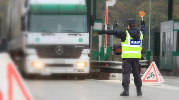 Za povečanje varnosti bi bil potreben stalen poostren nadzor med vozniki tovornih vozil in avtobusov (foto: Policija)