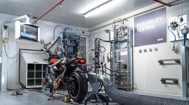V Akrapoviču motocikle na novi testni mizi preizkuša kar neutrudljivi robot (foto: Akrapovič)