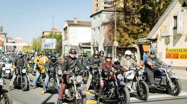 Foto: ugledni motoristi (in motoristke) v Ljubljani in Kamniku zbrali 2.200 evrov (foto: Monique Taii Voss)
