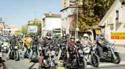 Foto: ugledni motoristi (in motoristke) v Ljubljani in Kamniku zbrali 2.200 evrov