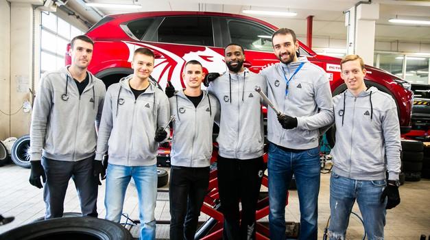 Pri Španu poskrbeli za zimsko obutev vozil košarkarjev Petrol Olimpije (foto: Anže Krže)