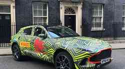 Aston Martin DBX premierno na obisku pri britanski premierki