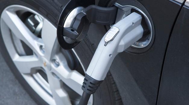 Vlada bo še bolj aktivno spodbujala nakup električnih avtomobilov (foto: Profimedia)