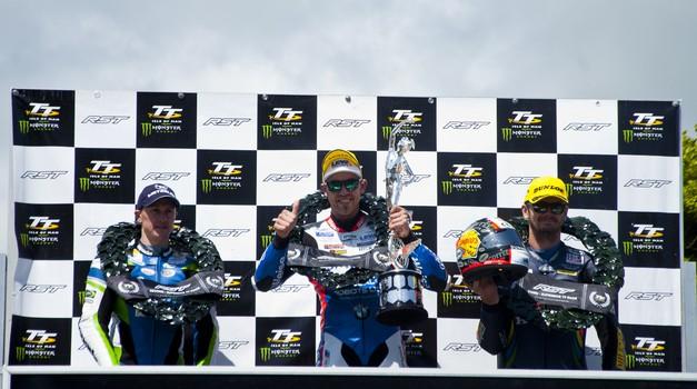 Isle of Man: po prekinitvi v drugem krogu zmagovalec dirke  v razredu Superbike Peter Hickman (foto: Jure Šujica)