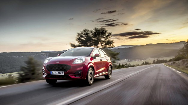 Nov oblikovalski pristop se najbolj kaže z novim položajem prednjih žarometov in bolj športnimi, a mehkimi oblikovalskimi linijami. (foto: Ford)